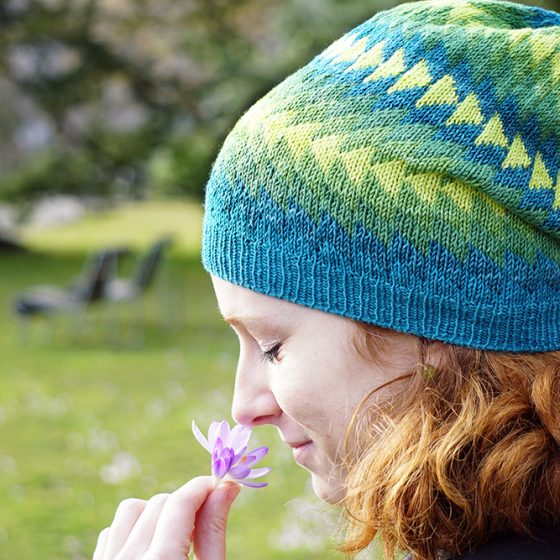 Dingle hat donnarossa designs-side view park flower stricken Strickanleitung Mütze