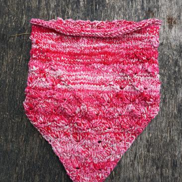 Lahinch bandana cowl rundschal strickanleitung pattern pink front vorne
