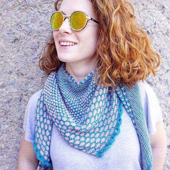 Rohrspitz shawl Tuch knitting pattern Strickanleitung donnarossa front wearing vorne tragend