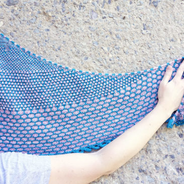 Rohrspitz shawl Tuch knitting pattern Strickanleitung donnarossa leaning on the wall an die Wand anlehnend
